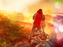 r L'entusiasta felice della foto gode della fotografia dell'alba di caduta in natura sulla scogliera su roccia Paesaggio vago del immagini stock libere da diritti
