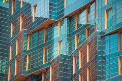 r Le bâtiment d'or de baie a fait du verre image stock