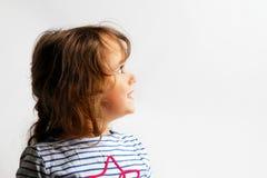 3-4 ?r liten flicka som ser upp arkivfoto