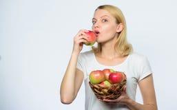 r :   Mangi sano Considerevole parte delle buone torte di mele di immagini stock