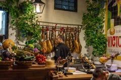 r 04 2019: manuppassare i el-pimpirestaurang i Malaga som klipper skivor av traditionellt spansk jamon royaltyfri bild