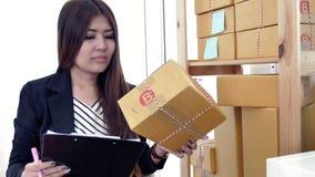 r Mujer asiática joven que trabaja en casa, almacen de video