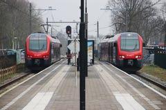 R-netto lichte spoortype flirt in rood en zwart in Waddinxveen voor treinen tussen Gouda en het hol Rijn van Alphen aan in Nederl stock afbeeldingen