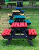 R??ni coloured sto?y i siedzenia w parku zdjęcia stock