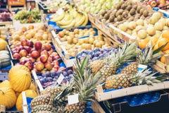 R??norodne kolorowe ?wie?e owoc w owocowym rynku, Catania, Sicily, W?ochy fotografia royalty free