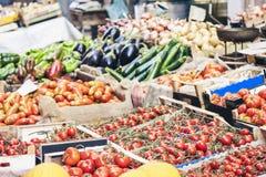 R??norodni kolorowi ?wiezi warzywa w owocowym rynku, Catania, Sicily, W?ochy obrazy royalty free