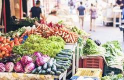 R??norodni kolorowi ?wiezi warzywa w owocowym rynku, Catania, Sicily, W?ochy obraz royalty free