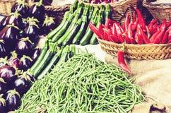 R??norodni kolorowi ?wiezi warzywa w owocowym rynku, Catania, Sicily, W?ochy zdjęcie stock