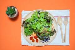 r Nourriture saine mangez le concept propre Configuration plate Photos stock