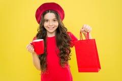 r o 儿童举行包裹 有购物带来的女孩 存金钱 更好居住 再发现伟大 免版税图库摄影