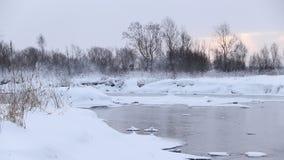 R?o en invierno con nieve El r?o en el amanecer Evaporación del agua Invierno escarchado El agua no congeló en invierno almacen de video