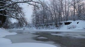 R?o en invierno con nieve El r?o en el amanecer Evaporación del agua Invierno escarchado El agua no congeló en invierno metrajes