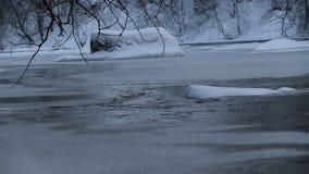 R?o en invierno con nieve El r?o en el amanecer Evaporación del agua Invierno escarchado El agua no congeló en invierno almacen de metraje de vídeo