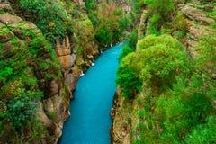 R?o entre el barranco y el bosque Manavgat, Antalya, Turqu?a Transportar el turismo en balsa foto de archivo