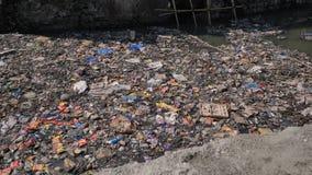 R?o sucio en los tugurios de Dharavi Bombay La India metrajes