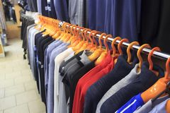 r Op de hanger zijn mensen` s t-shirts stock afbeelding