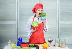 r Org?nico y vegetariano El cocinar profesional del cocinero comida sana de los amores felices de la mujer dieting imagenes de archivo