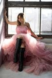R??owa ?ab?d? suknia, marzn?ca moment fotografia royalty free
