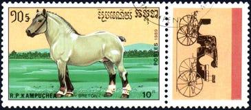 r P 柬埔寨-大约1989年:在R打印的邮票 P 柬埔寨显示一匹不列塔尼的马,马系列品种  免版税库存照片