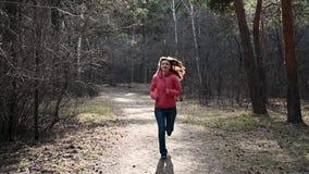 r Paese trasversale corrente della gente nella motivazione pareggiante della foresta dentro archivi video