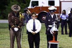 ?r Répondeurs priant pendant le souvenir 9 11 Image stock