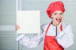 r Receitas do livro i Cozinheiro chefe da mulher que cozinha o alimento Conceito culin?rio O cozinheiro amador leu imagem de stock
