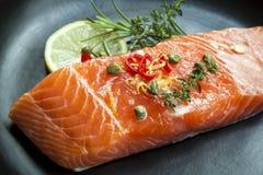 Rå Salmon Steak Royaltyfri Foto