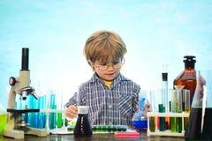 r schoolchild Планы урока - химия средней школы школьник Урок химии стоковая фотография