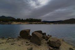 R?servoir d'EL Burguillo L'eau, arbres et roches photographie stock