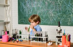 ( r Smart barn som utför kemiprovwunderkinden och fotografering för bildbyråer