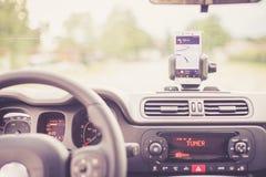 r Smartphone na montagem móvel, usada como o dispositivo da navegação fotografia de stock