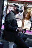 03 14 2009 R?ssia, Moscou Padaria moderna Moscou da exposi??o, Expocentre homem em uns auriculares do neg?cio VR foto de stock royalty free