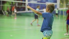 R?ssia, Novosibirsk, o 29 de dezembro de 2018 Os atletas treinam em cortes de badminton internas vídeos de arquivo