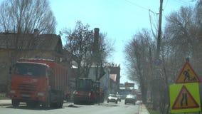 R?ssia, Samara April 20, 2019: A rua de Maxim Gorky, trabalhadores colocou o asfalto na estrada filme