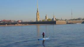 R?ssia, St Petersburg, pode 10, 2019 - o editorial, turismo da cidade em rios em surfar do SORVO video estoque