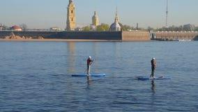 R?ssia, St Petersburg, pode 10, 2019 - o editorial, turismo da cidade em rios em surfar do SORVO filme