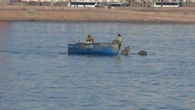 R?ssia, St Petersburg, pode 6, 2019 - v?deo editorial, nas redes dos ca?adores furtivos do rio de Neva que pescam cedo na manh? video estoque