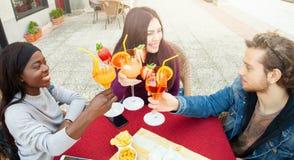 R?sten mit den Cocktails, die Freundschaft feiern lizenzfreie stockfotografie
