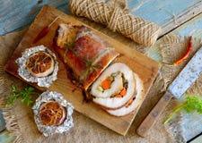 Rôti bourré d'échine de porc avec l'ail cuit au four Photographie stock libre de droits