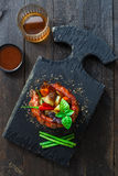 Rôti de couronne des nervures de porc avec la pomme de terre et les racines, photo foncée photos libres de droits