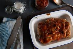 Rôti de porc avec de la sauce, la marinade, les ingrédients et les ustensiles épicés photo stock