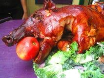 Rôti de porc avec la pomme dans la bouche photographie stock libre de droits