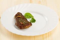 Rôti de porc du plat blanc sur le fond en bois avec des légumes photo libre de droits