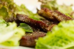 Rôti de porc du plat blanc sur le fond en bois avec des légumes images libres de droits