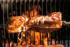 Rôti de porc sur le gril de charbon de bois Photo libre de droits