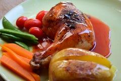 Rôti de poulet avec de la sauce rouge Images libres de droits