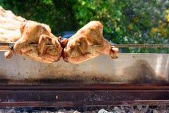Rôti fait maison de poulet sur une broche dans un barbecue dans la rue Images libres de droits