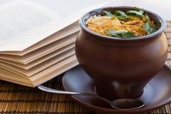 Rôtissez avec de la viande, pommes de terre dans un pot d'argile Image stock