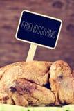 Rôtissez la dinde avec un label noir avec le texte friendsgiving Images stock