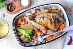 Rôtissez le pigeon avec des haricots, des oignons, le lard, des carottes, le brocoli, le romarin et le persil de Cassoulet Photographie stock libre de droits